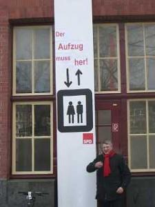 Plakataktion an der Mundsburg - der Aufzug muss her!