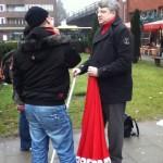 Sven Tode im Gespräch am Infostand (Januar 2011)