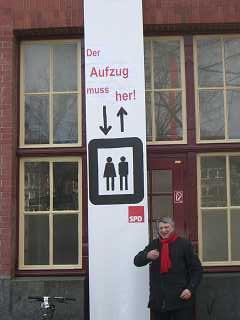 Sven Tode: Demonstration - der Aufzug muss her! -  an der U3 Haltestelle Mundsburg am 13.02.2011