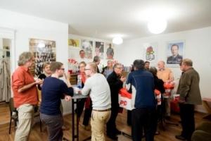 """Ties Rabe, Schulsenator, und Sven Tode bei """"Das Rote Sofa – Barmbeker Klönschnack mit Sven Tode"""""""